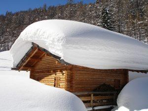 paksu lumi kerros katolla