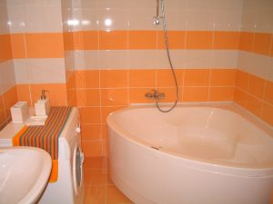kylpyhuone suihku seinä