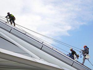 valjaat ja köydet käytössä katolla